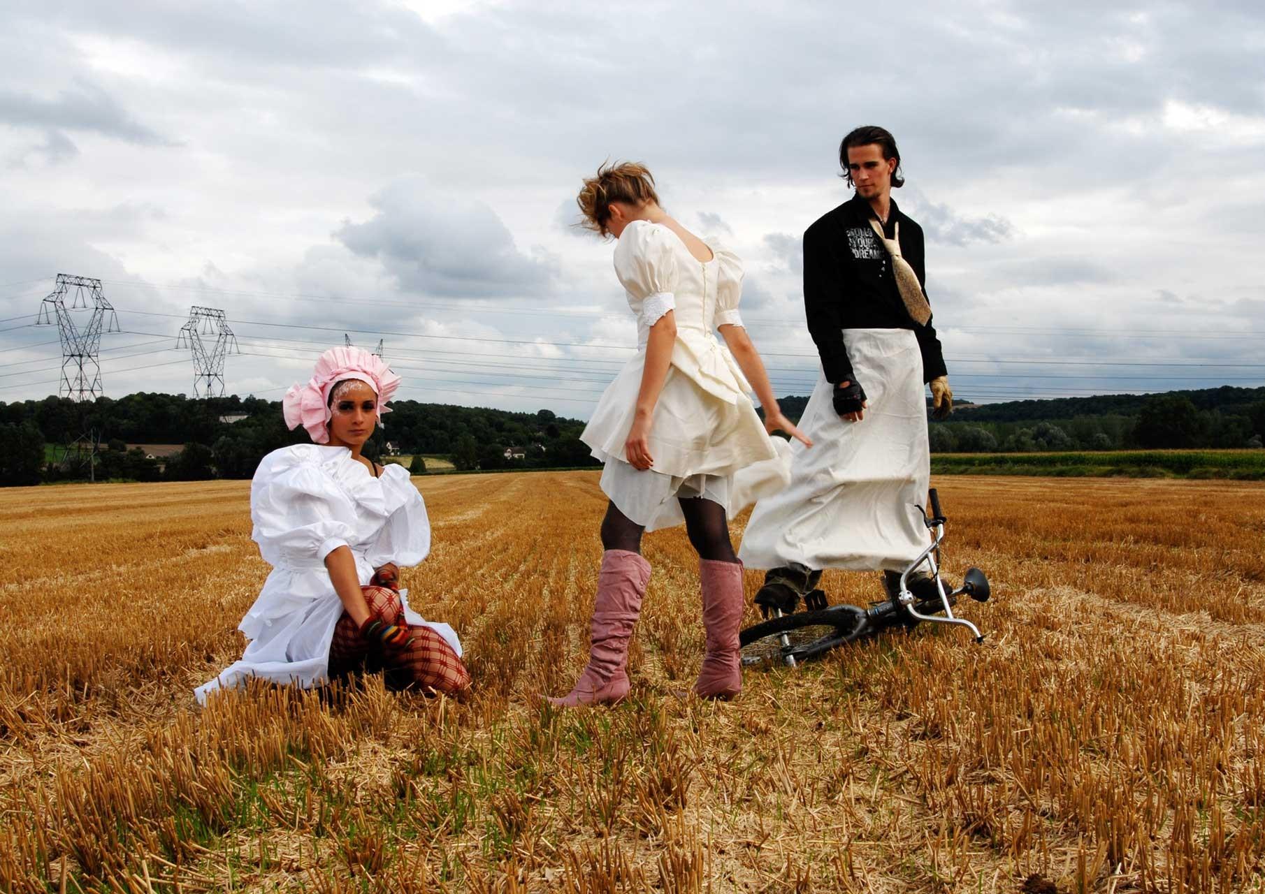Ces vêtements et accessoires ont été récupérés dans les poubelles d'un fabricant de robes de mariées, avec l'accord de ce dernier.